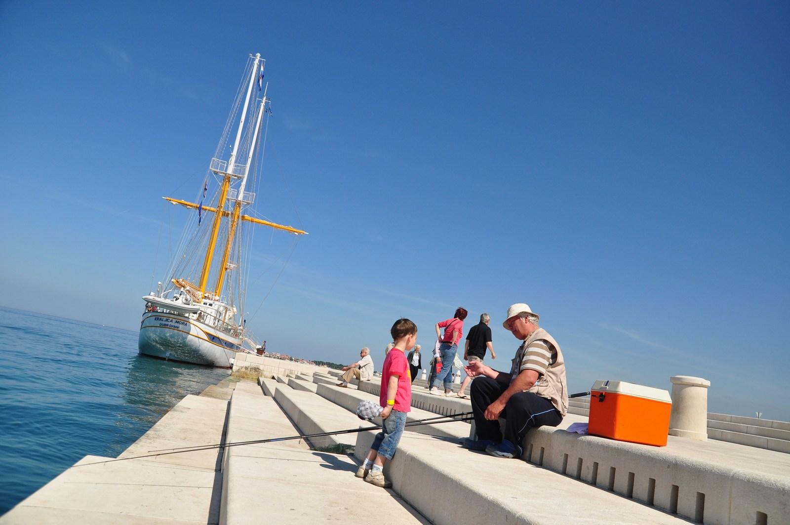 Starec, morje. Ladja, vnuk. Morske orgle. Lepota trenutka. Foto: HTZ in Luka Gerlanc.