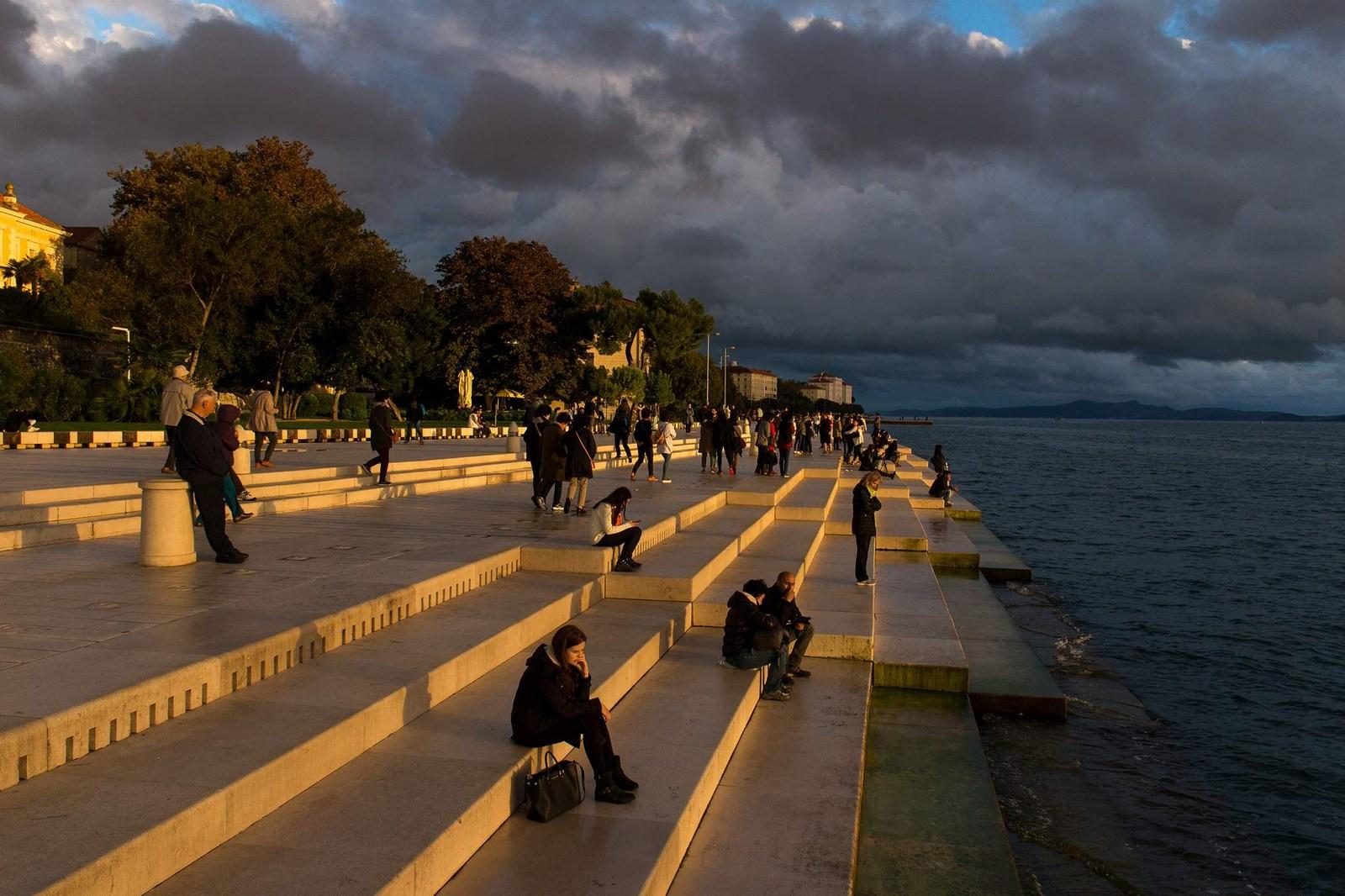 Slabo vreme? Kljub vsemu ljudje radi pridejo na morske orgle, saj je postala, med drugim, tudi nekakšna meditacijska točka. Foto: HTZ in Mladen Radolović Mrlja.