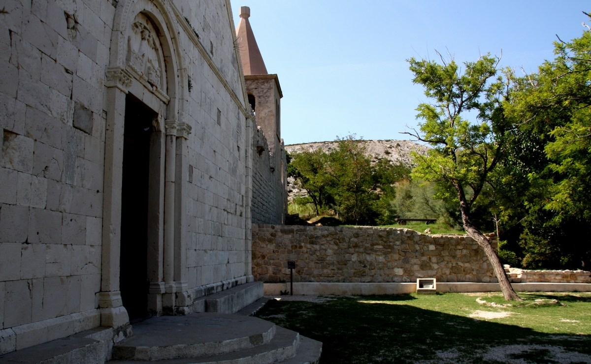 Stari grad je od novega Paga oddaljen dober kilometer.