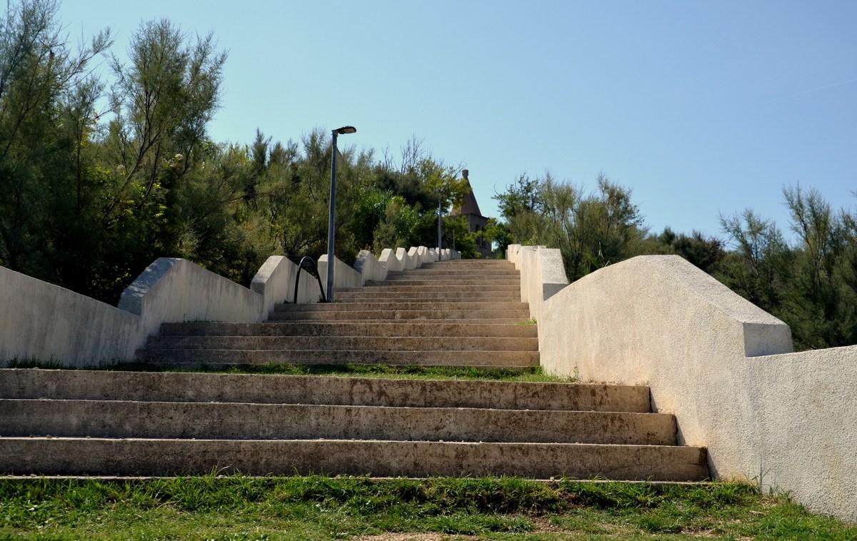 Ko parkiramo, nas čaka kratek sprehod po stopnicah. Stari grad je namreč na rahli vzpetini.