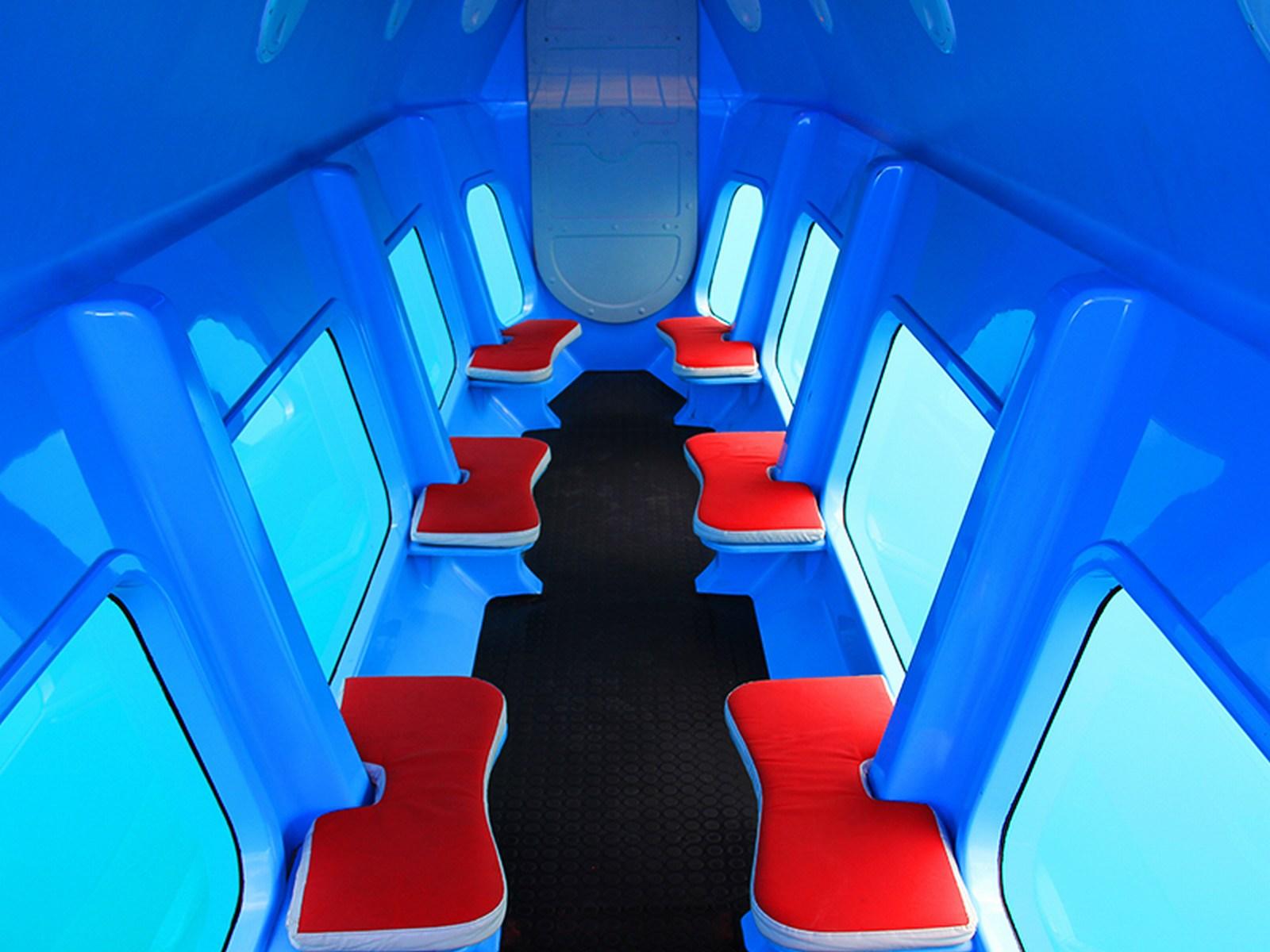 Za obiskovalce je lepo poskrbljeno. V sami polpodmornici je dovolj udobno, da lahko uživa vsak.