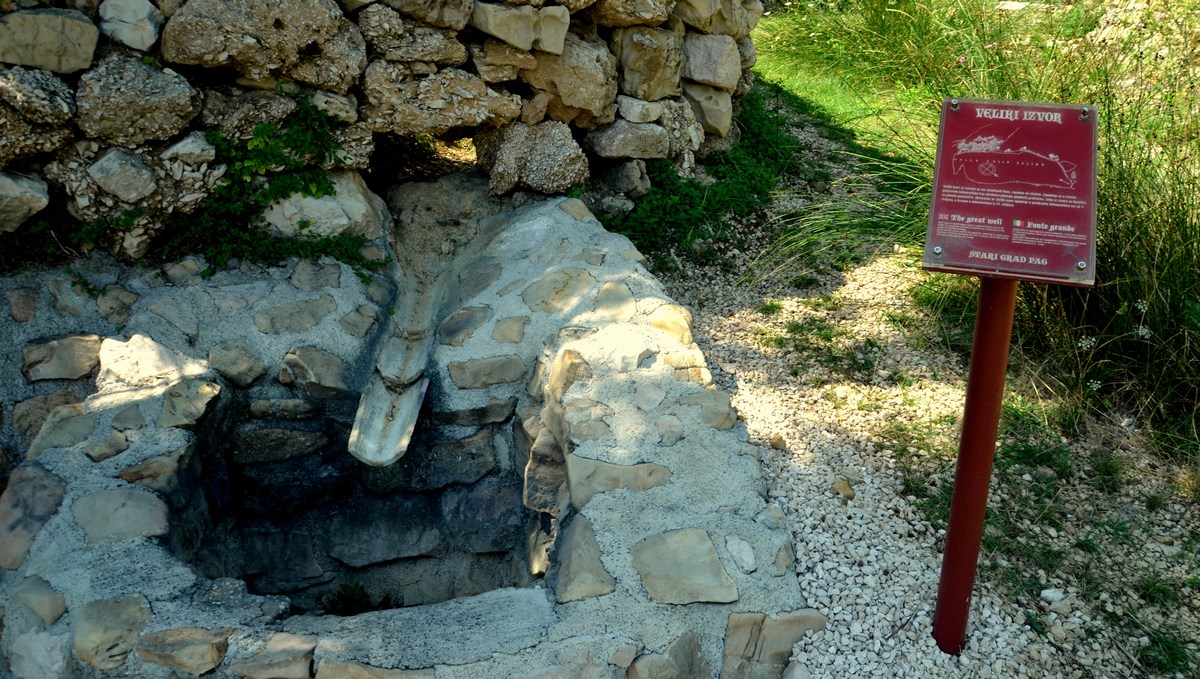 Po legendi naj bi Pažani nekoč, v času velike suše, prosili devico Marijo, naj jim pomaga. Kmalu je bil vodnjak poln sveže vode …