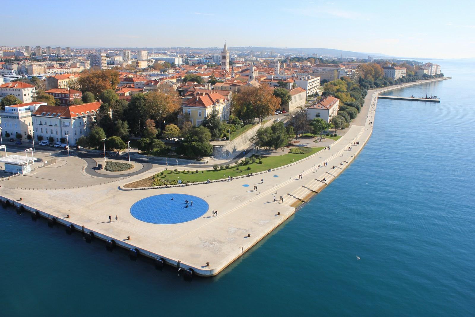 Fotografija iz zraka pokaže, da sta tako morske orgle kot svetlobna inštalacija Pozdrav soncu tik ena ob drugi. Foto: HTZ in V. Jednaković.