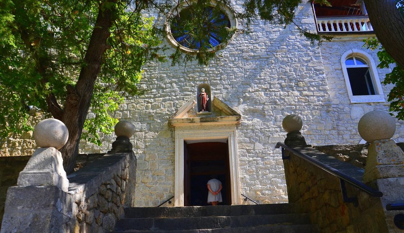 Frančiškanski samostan Visovac je iz 15. stoletja. V njem hranijo stara dela, med njimi tudi enega izmed primerkov Ezopovih Basni, izdanih v Dubrovniku leta 1487.