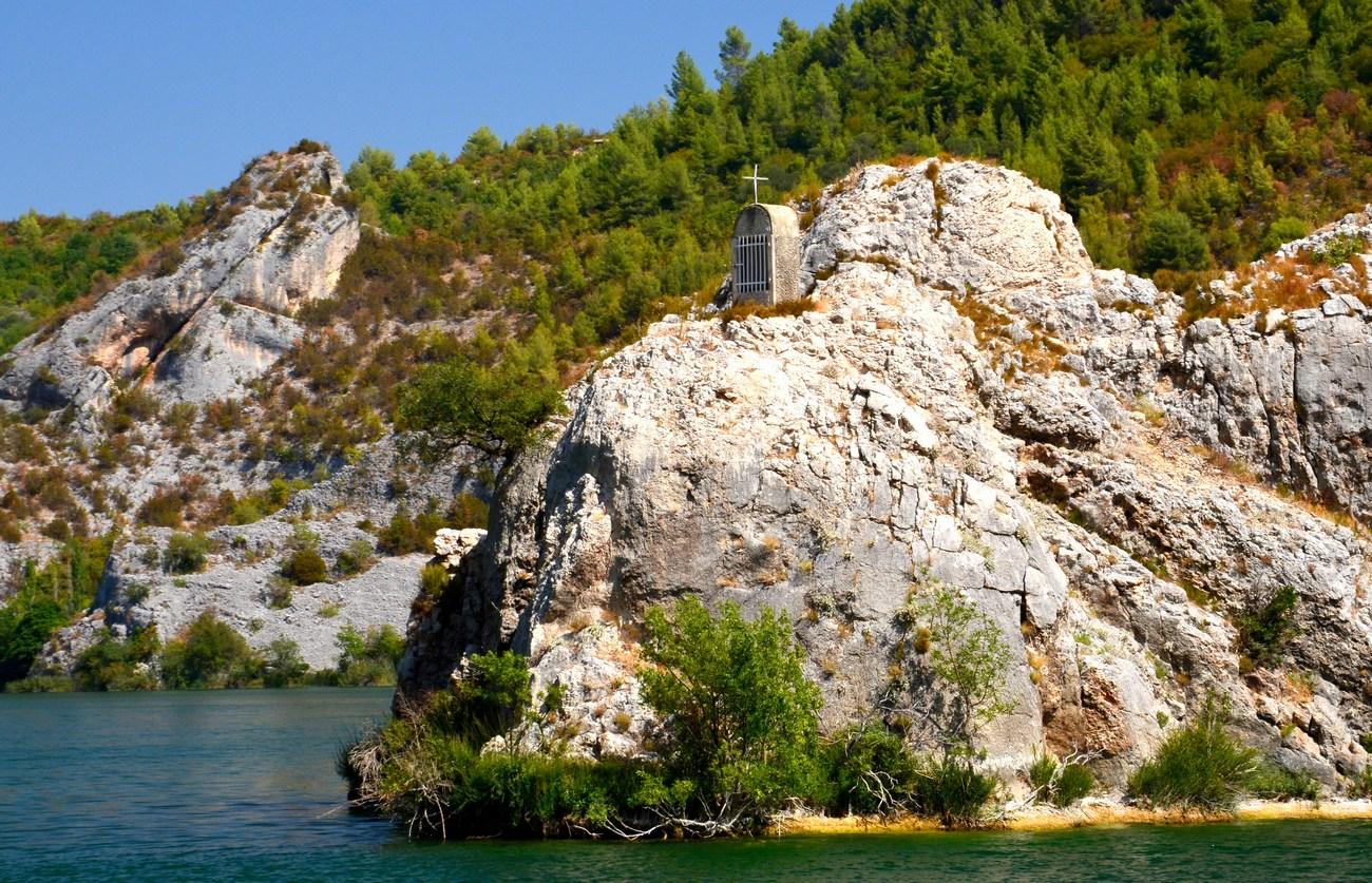 Cerkveno obeležje na skali.