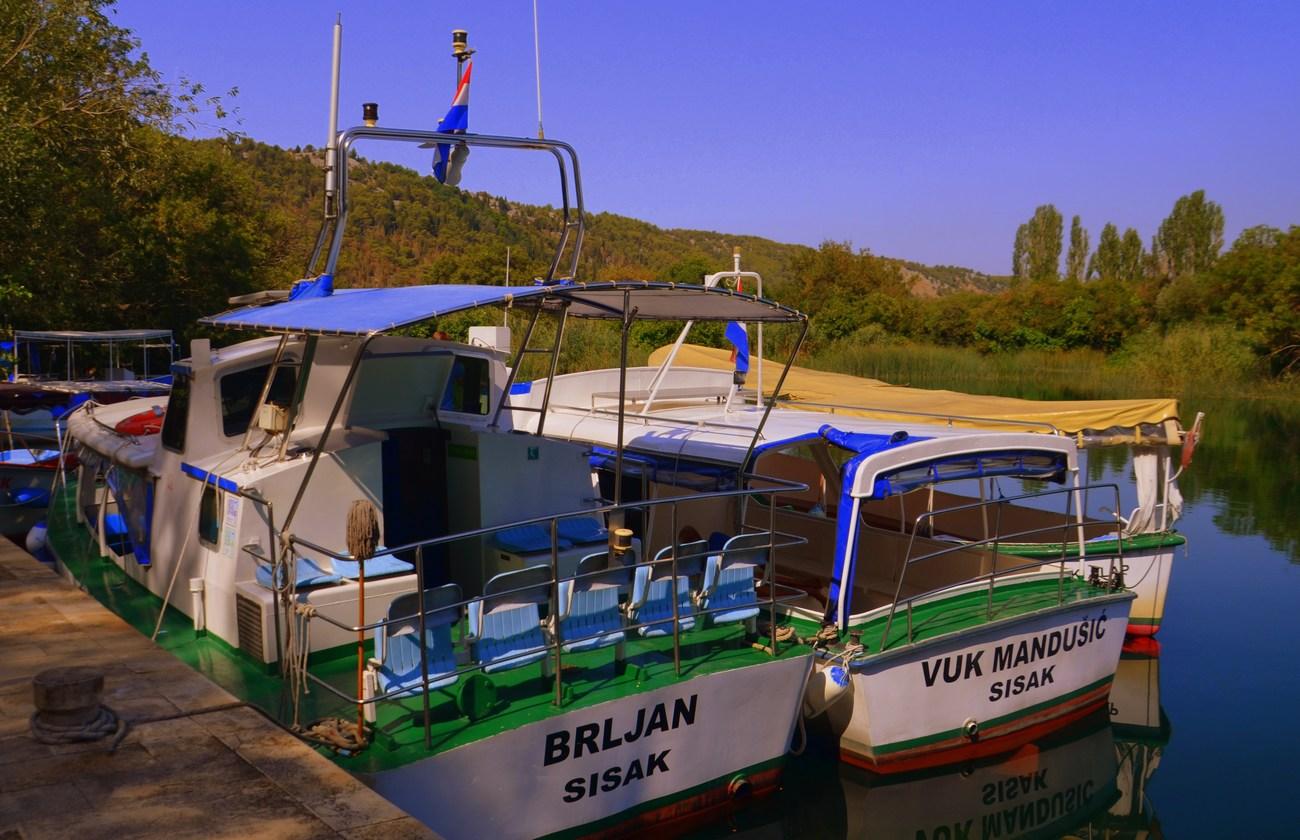 S turistično ladjico se lahko odpravimo navzgor po reki.