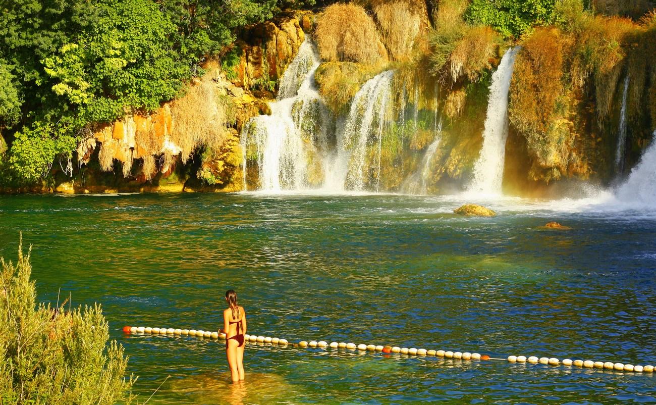 Ena od najbolj privlačnih znamenitosti parka je Skradinski buk, ki je velik, jasen, masiven naravni bazen z visokimi slapovi na eni in kaskadami na drugi strani.
