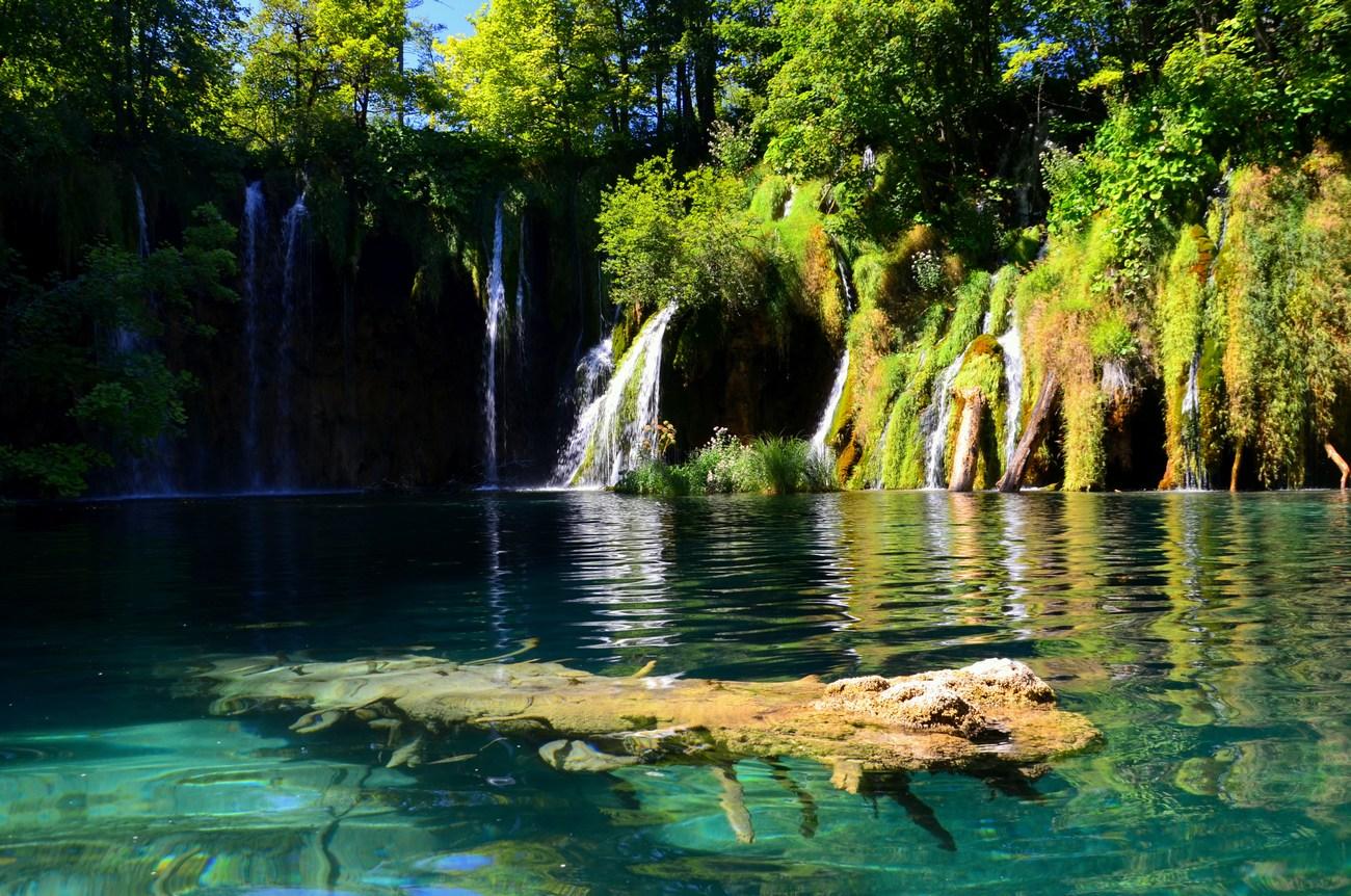 Uživali boste v sprehodih po številnih stezicah in poteh v čudovitem okolju jezer.