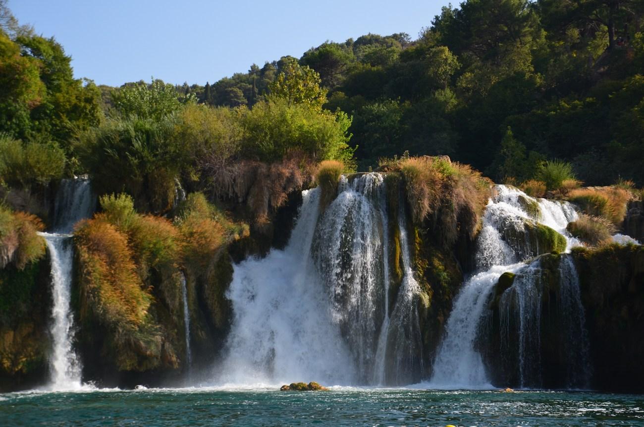 Hrvaška reka Krka (75 km) izvira pod Dinaro blizu hrvaško-bosanskohercegovske meje 3,5 km severovzhodno od Knina.
