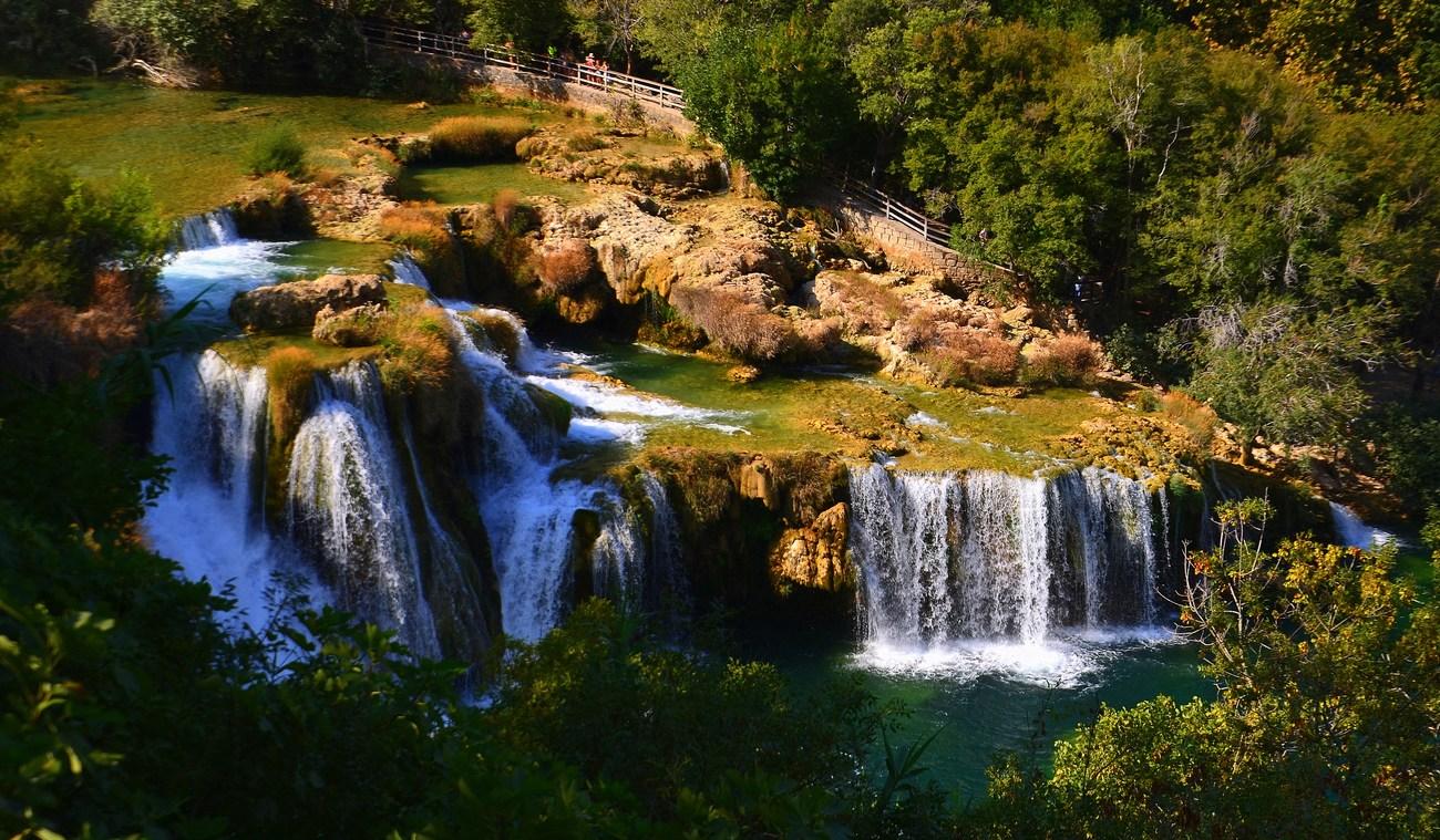 Pozorno poglejte, ob slapovih so speljane prekrasne poti.