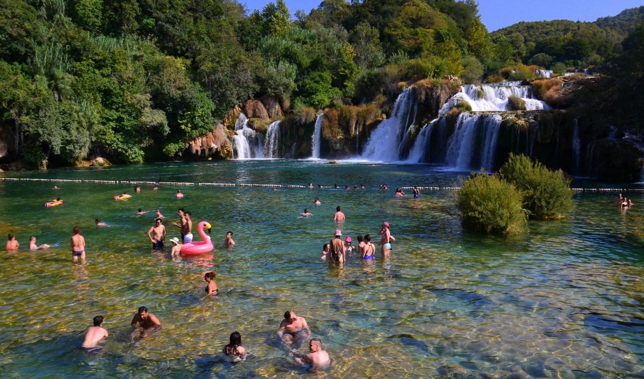 V Narodnem parku Krka so obiskovalcem na voljo številne možnosti za različne aktivnosti, tudi plavanje.