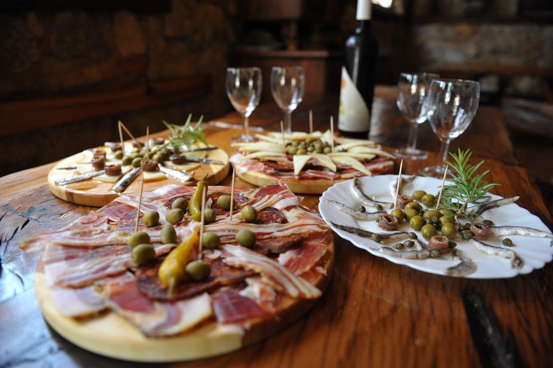 Uživajmo v tradicionalnih hrvaških specialitetah in odličnih dobrotah številnih mednarodnih kuhinj.