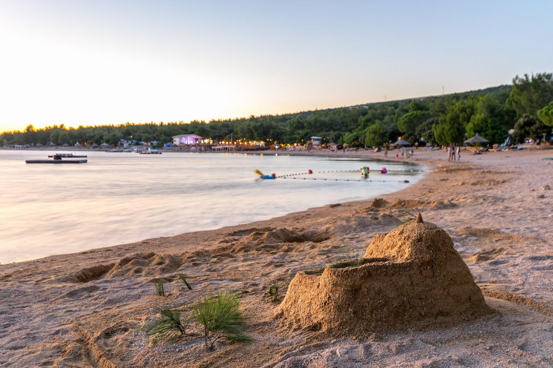 Obiskovalka iz Slovenije: »Že tri leta prihajamo sem s psom in všeč nam je, da so mobilne hišice neposredno poleg plaže za pse.«