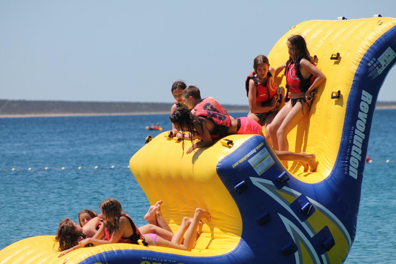 Poletni športni kamp. Kamp je namenjen otrokom osnovnih in srednjih šol, vsi športni programi pa so posebej prilagojeni njihovi starosti.