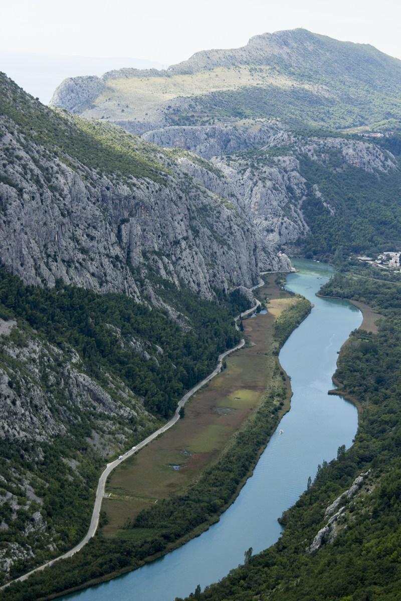 Parne ladje omogočajo razvoj turizma v Omišu. Splitčani se vozijo poleti hladit v reko Cetino.