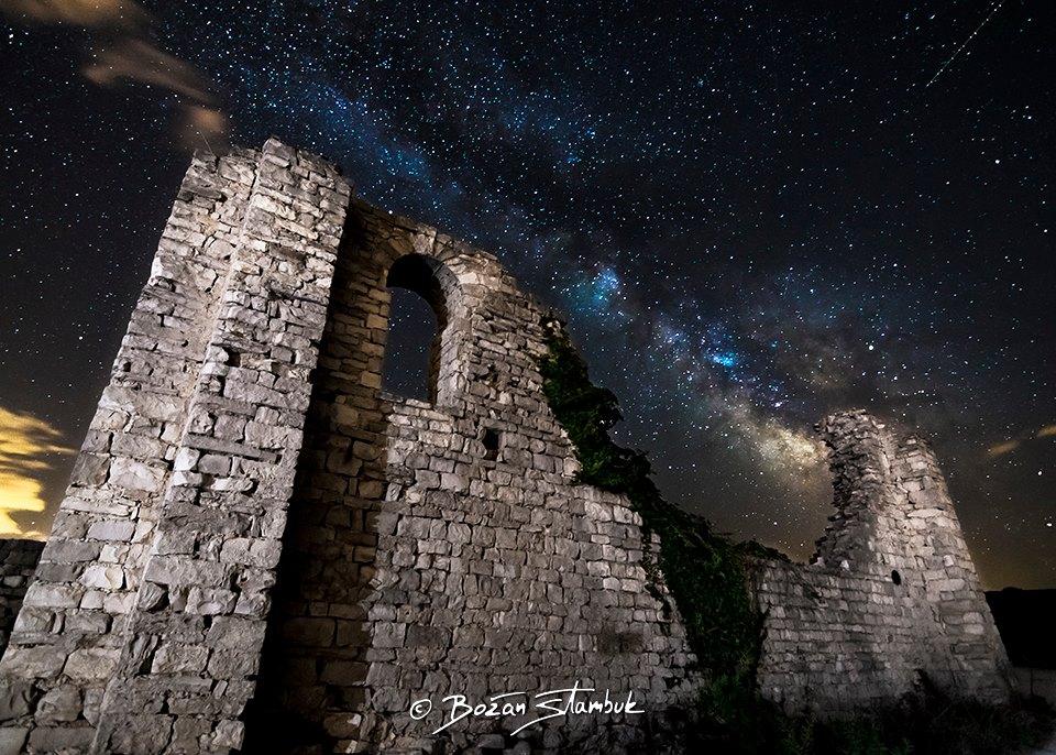 Nočno nebo in Mlečna cesta iznad ostankov ville rusticae Mirje, Postira, otok Brač.