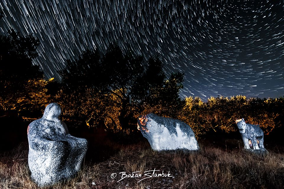 Potovanje zvezd iznad skulptur umetnika samouka, braškega klesarja Franeta Antonijevića v Novem Selu, otok Brač.