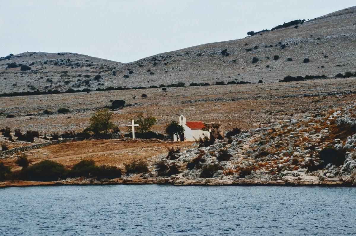Cerkvico na vsak otok