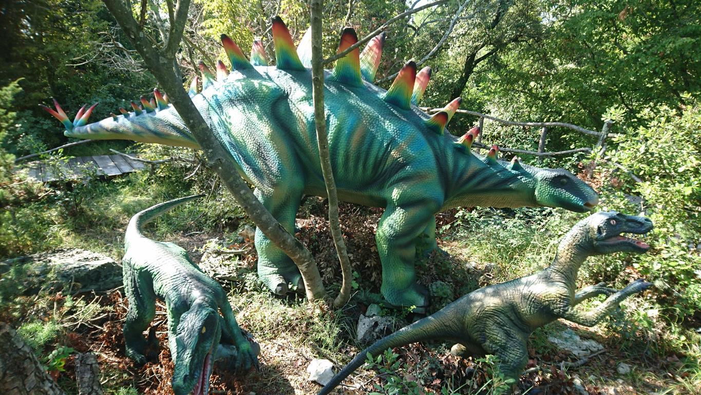 trije dinozavri
