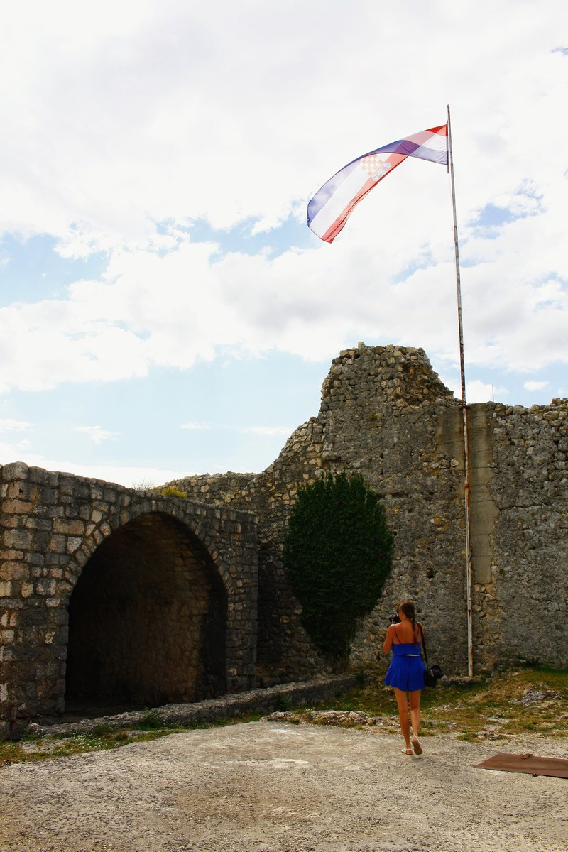 Turistka pod zastavo