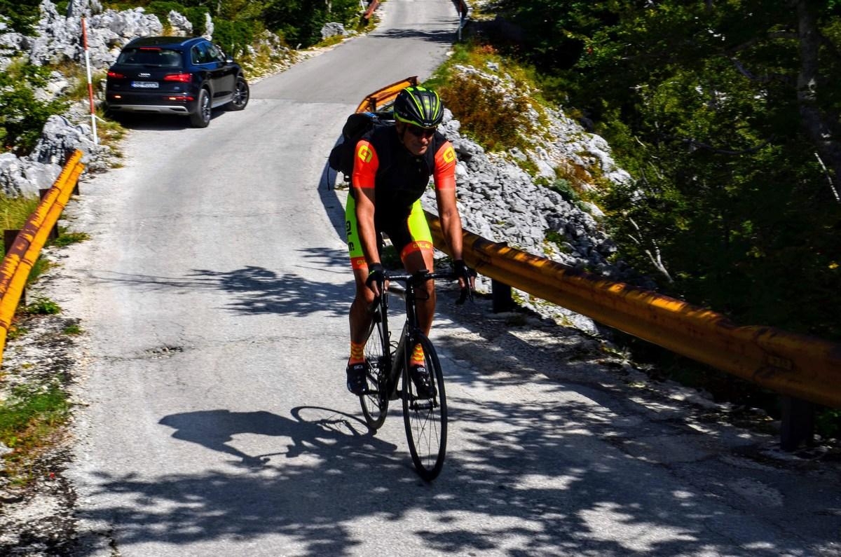 Najbolj pridni kolesarji se že vračajo z vrha.