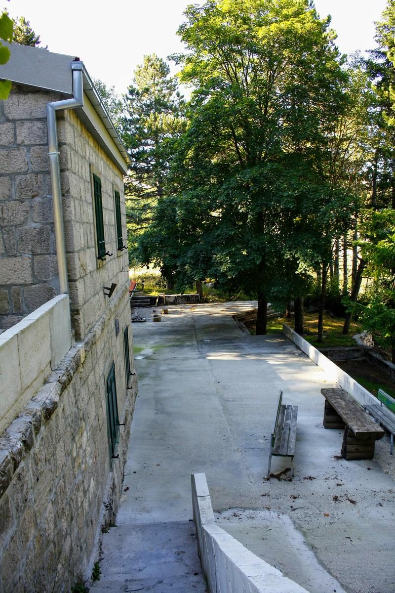 """V bližini parkirišča je """"nek"""" planinski dom."""