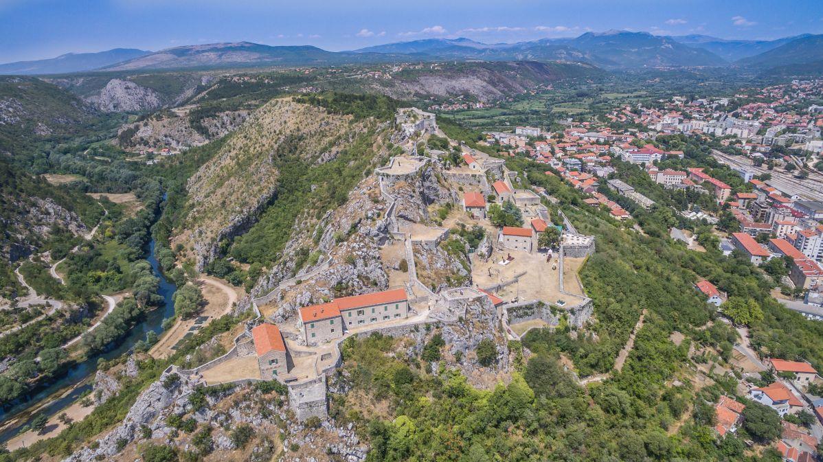 Od zgoraj se lepo vidi kako mogočna je trdnjava
