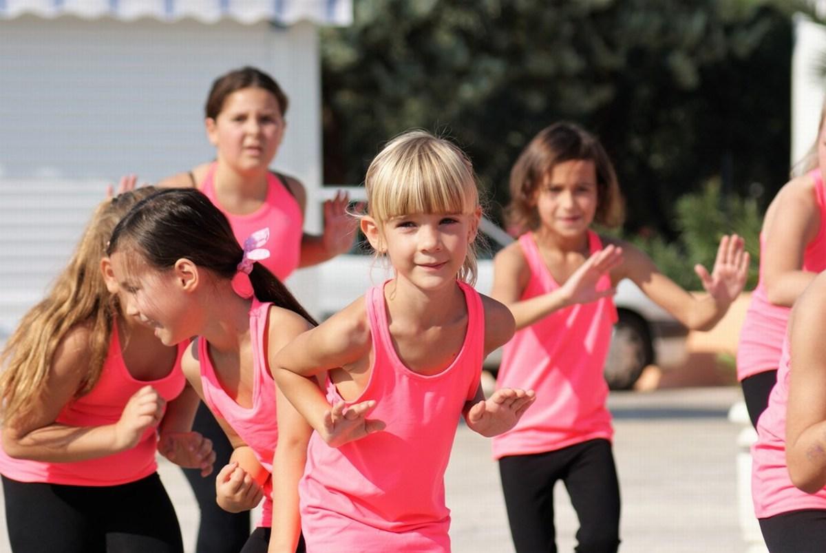 Otroci plešejo