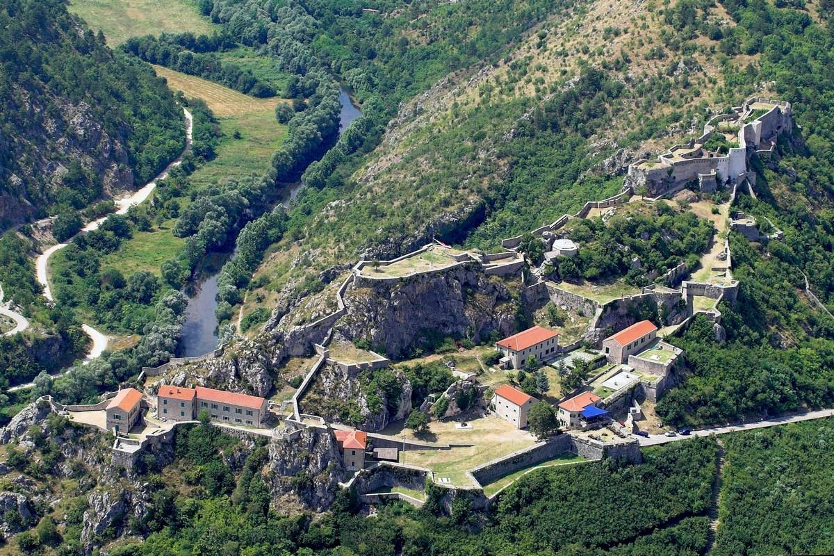 Pod trdnjavo teče reka Krka