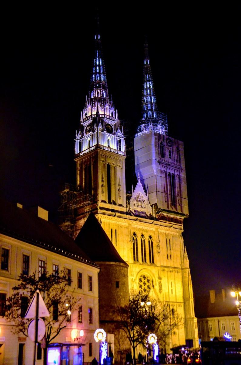 Zagrebška katedrala in ob njej žive jaslice