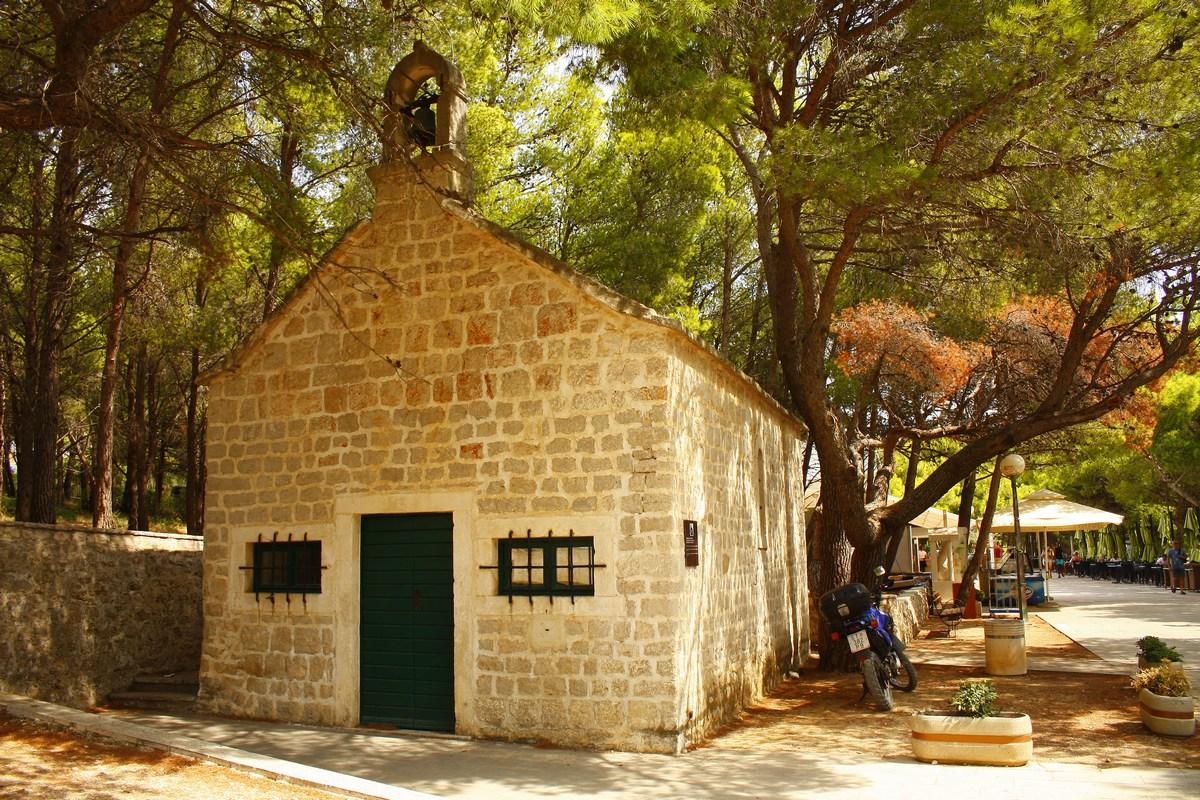 Cerkvica med Bolom in Zlatnim ratom