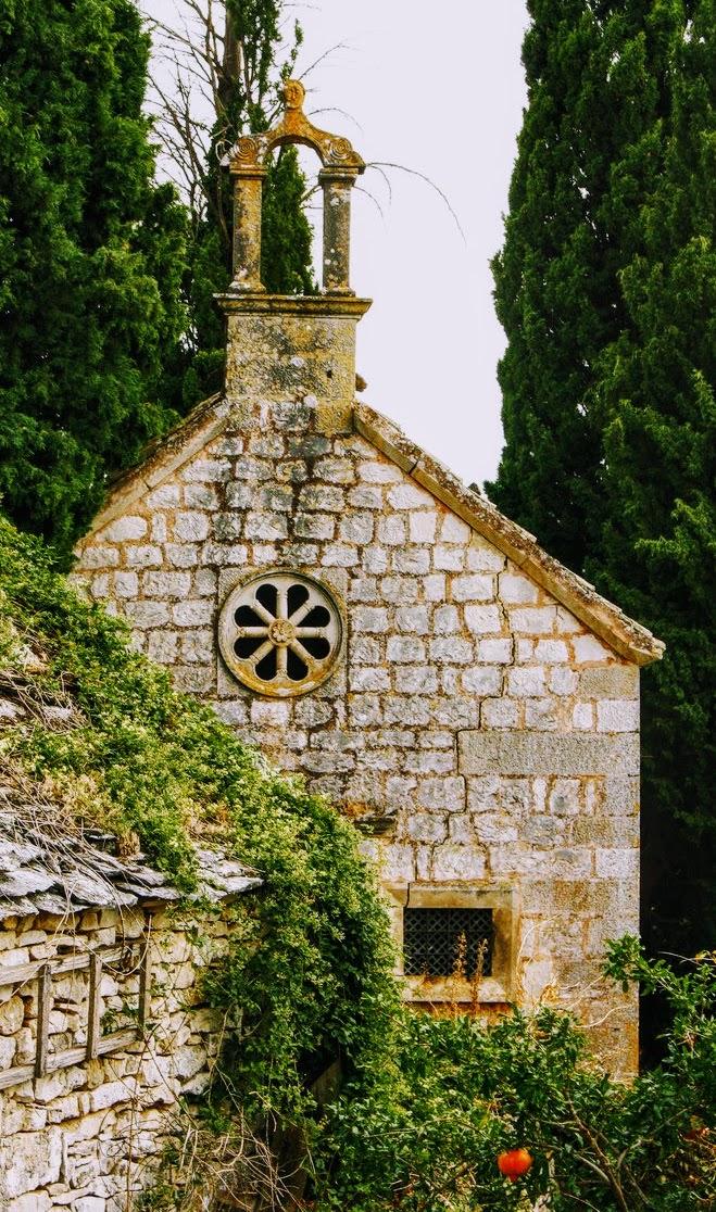 Cerkvica na pokopališču