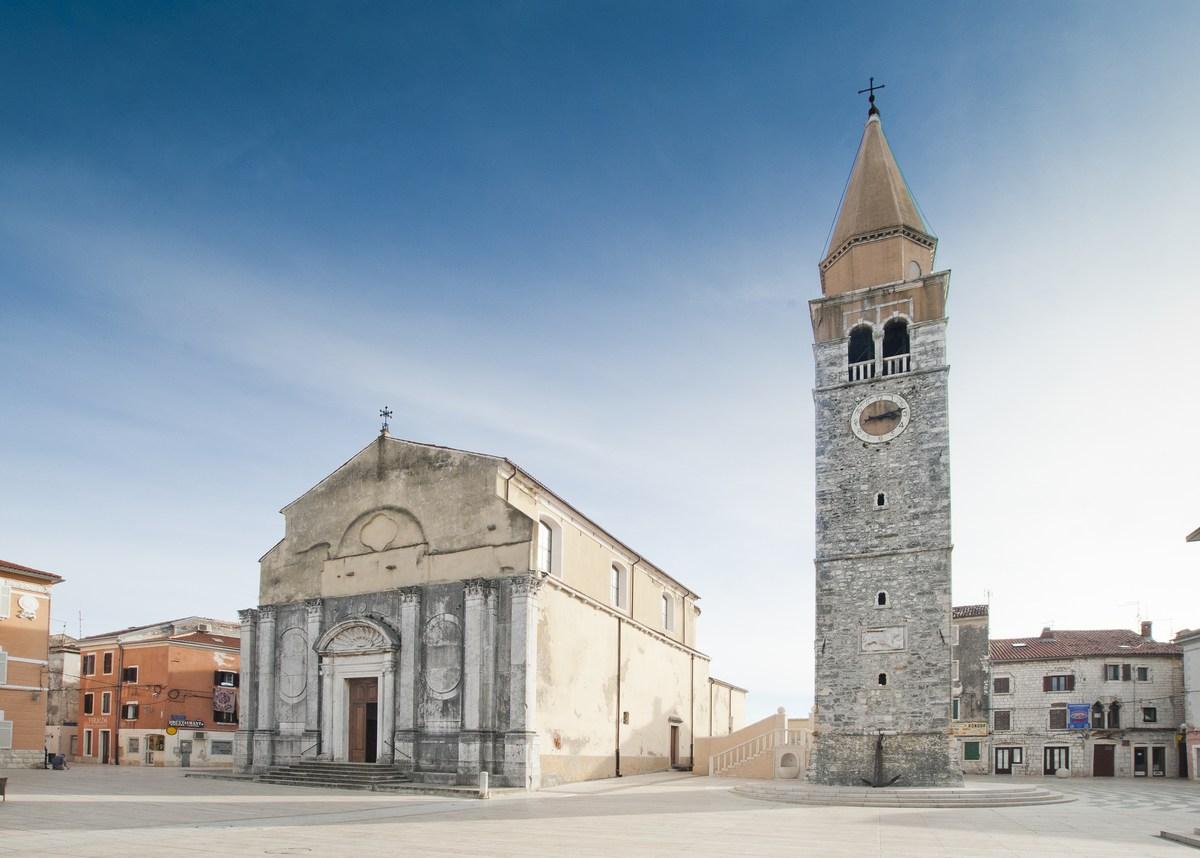 Cerkev z zvonikom