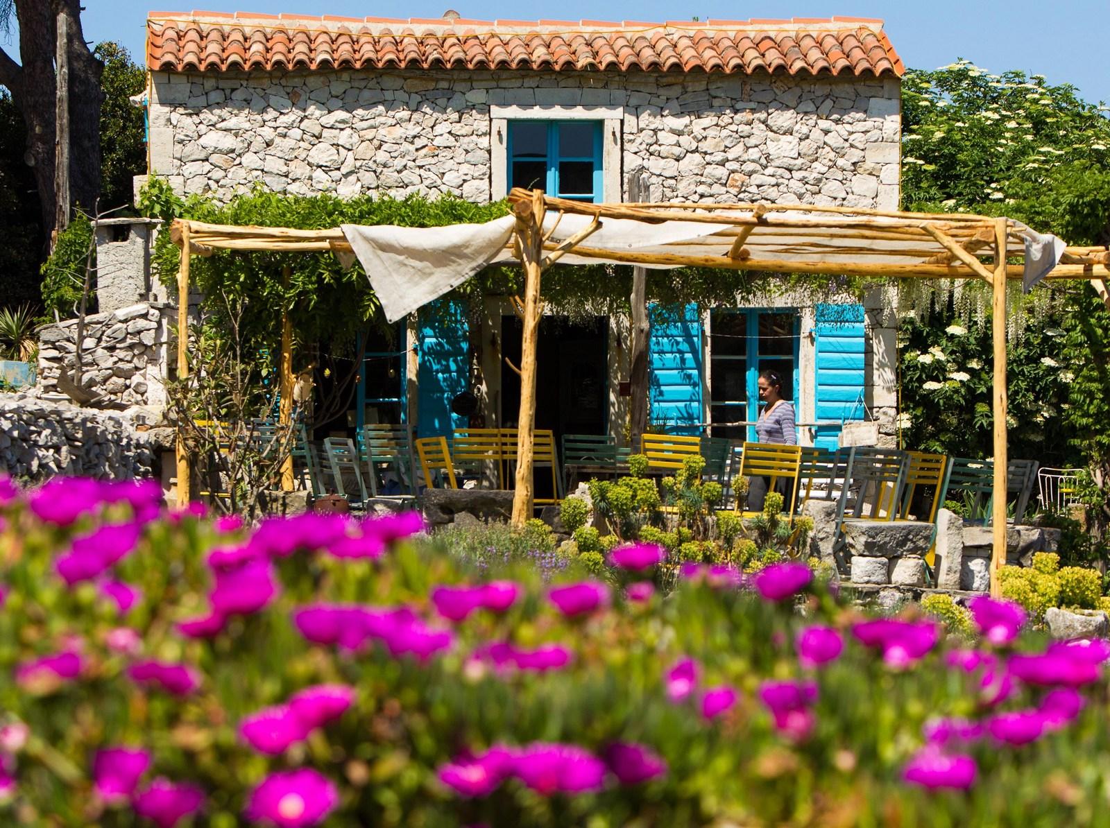 Vrt, hiša, kamen, foto HTZ in Ivo Bioćina