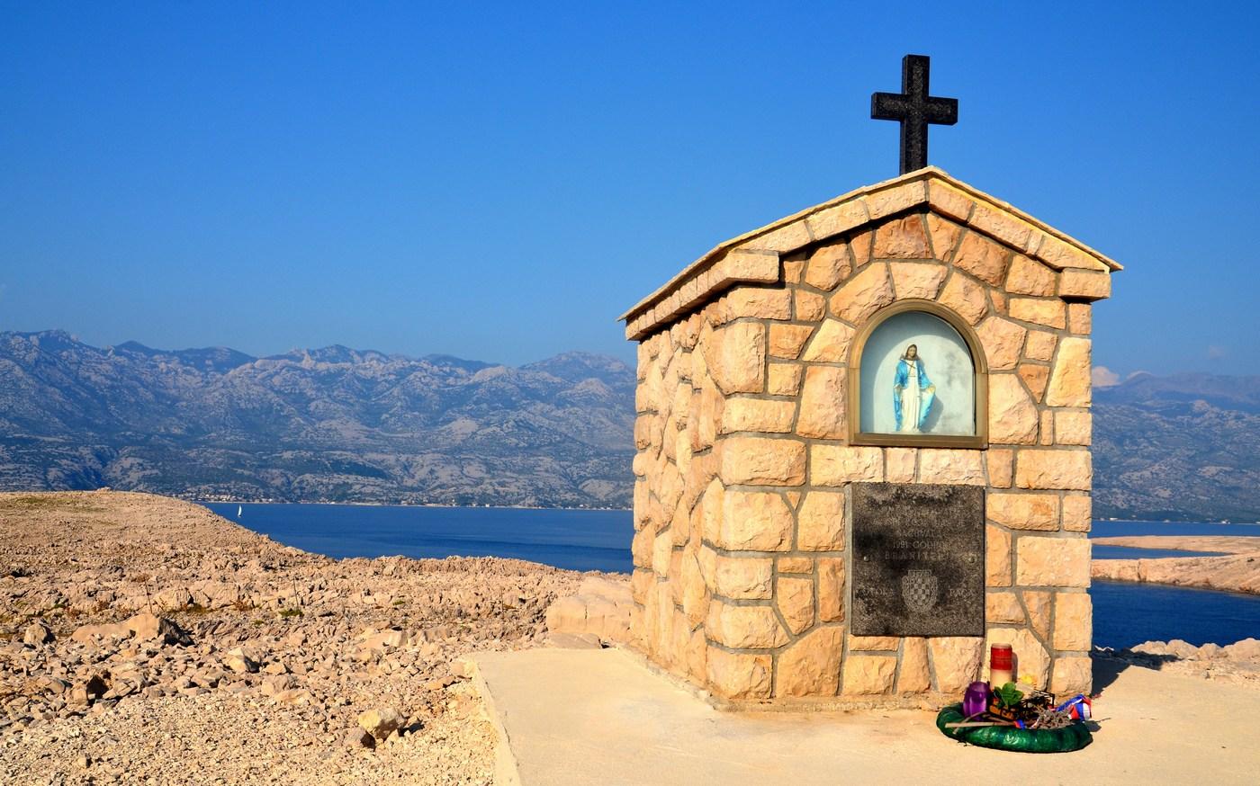 """Bog te naj čuva (na cesti). Cerkveno obeležje v zahvalo braniteljem (v """"domovinskem ratu"""")."""