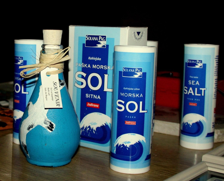 Kakšna je popolna količina soli? Količina soli za odraslega sega do 1.4g na dan, za otroke do 7 leta 1g, ter od 0.3 do 0.5g za otroke do prvega leta starosti. Pri odraslemu je lahko kritično že uživanje 5g soli na dan.