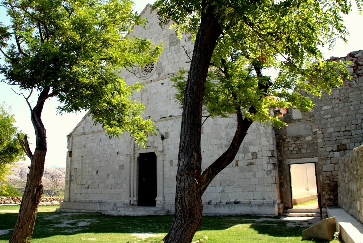 Pred vhodom v osrednjo cerkev ….