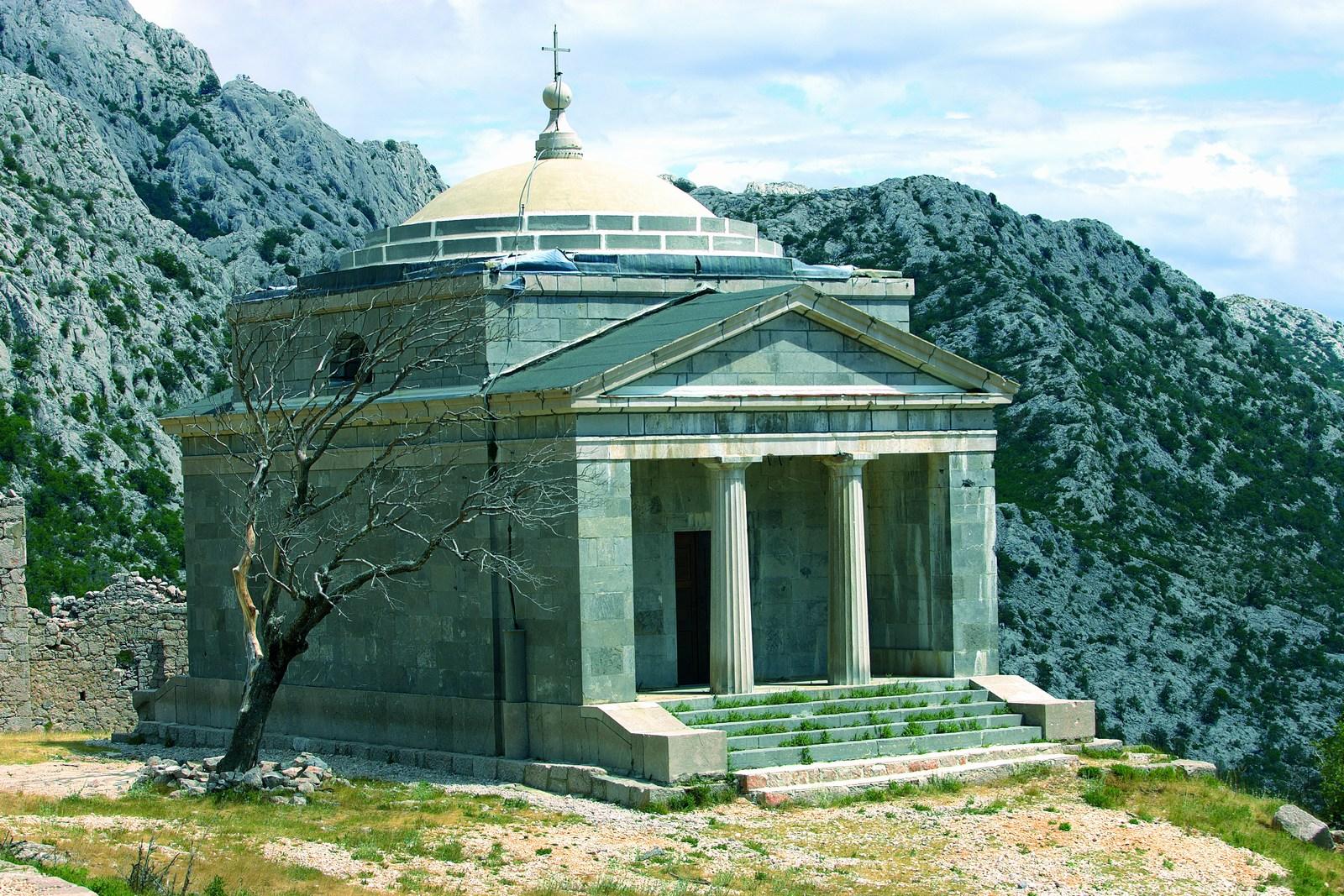 V znak zahvale, da je bila vzpostavljena cesta med južno in severno Hrvaško so na južni strani Velebita, na predelu Podprag (642 mnv), leta 1832 zgradili cerkvico posvečeno sv. Franji Asiškemu. Foto: HTZ in Sergio Gobbo.