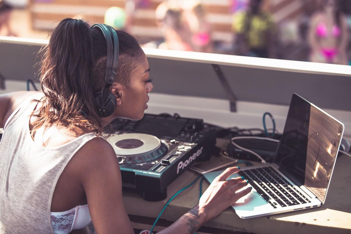 DJ-ka.