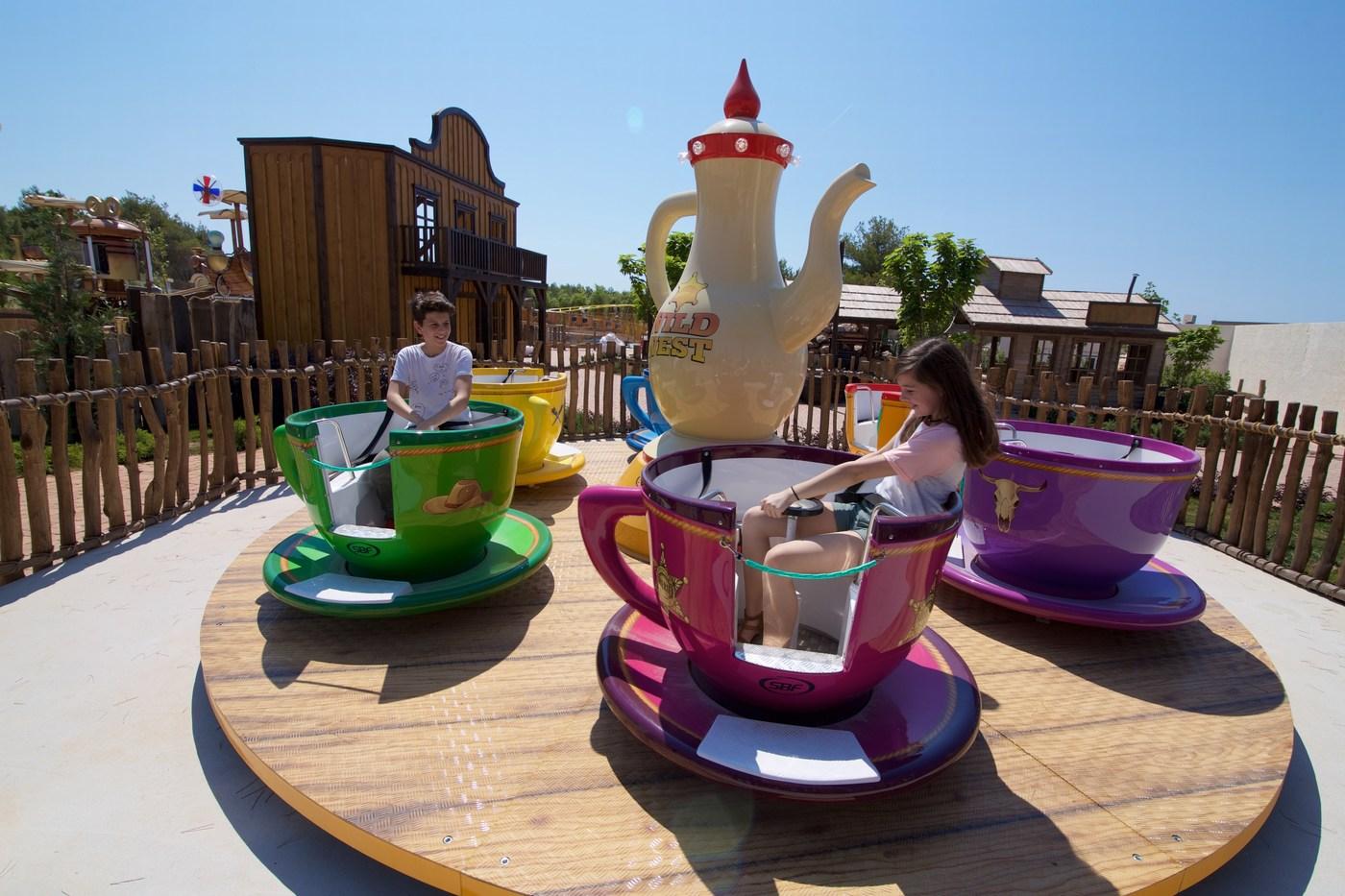 V parku je 24 velikih atrakcij. Najzanimivejše so Adria Eye, Tornado in Big Blue  rollercoaster.