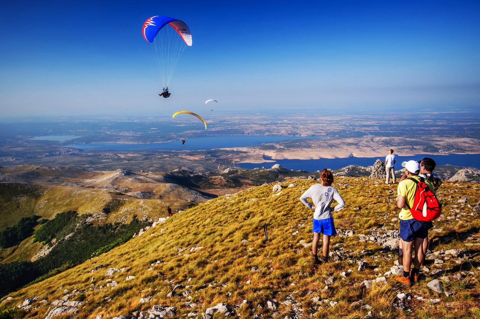 Jadralno padalstvo. Adrenalin pa teče po žilah. Foto: HTZ in Aleksandar Gospić.