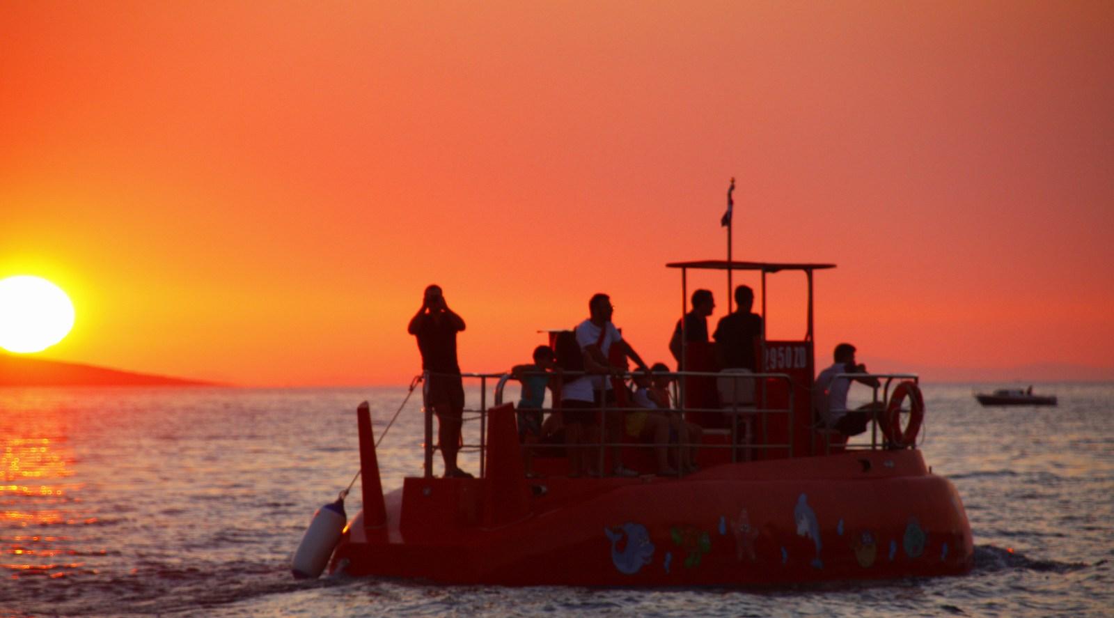 Manjša podmornica …. ima prostora za 12 potnikov, mornarjev. :-)