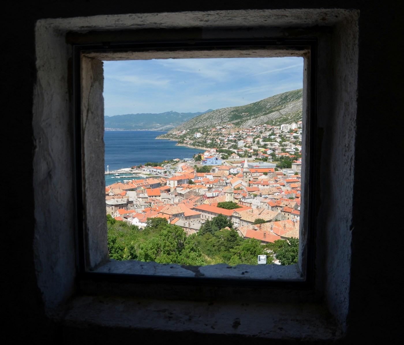 Senj, pogled skozi okno trdnjave.