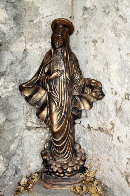 Kipec Marije v kapelici.