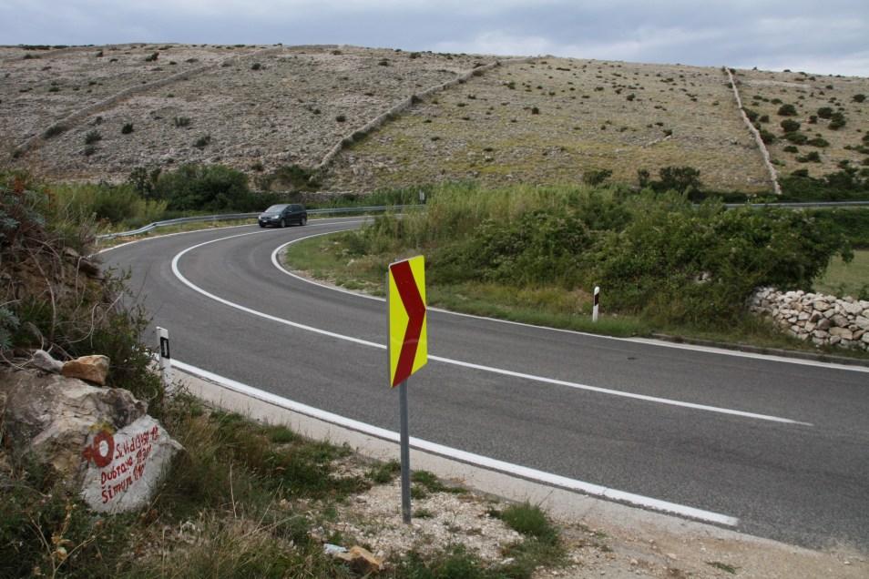 Na tem ovinku ceste Mandre – Kolan je eno od izhodišč za pristop na Sv. Duh.