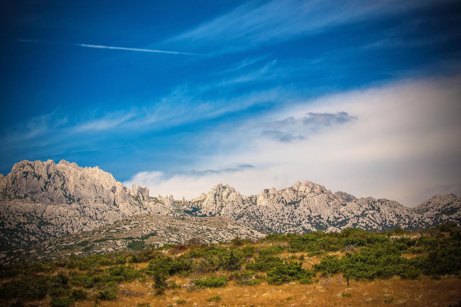 Če je vreme jasno, vi pa letite na višini 8.000 metrov lahko vidite celotni Velebit. Foto: HTZ in Ivo Bioćina.