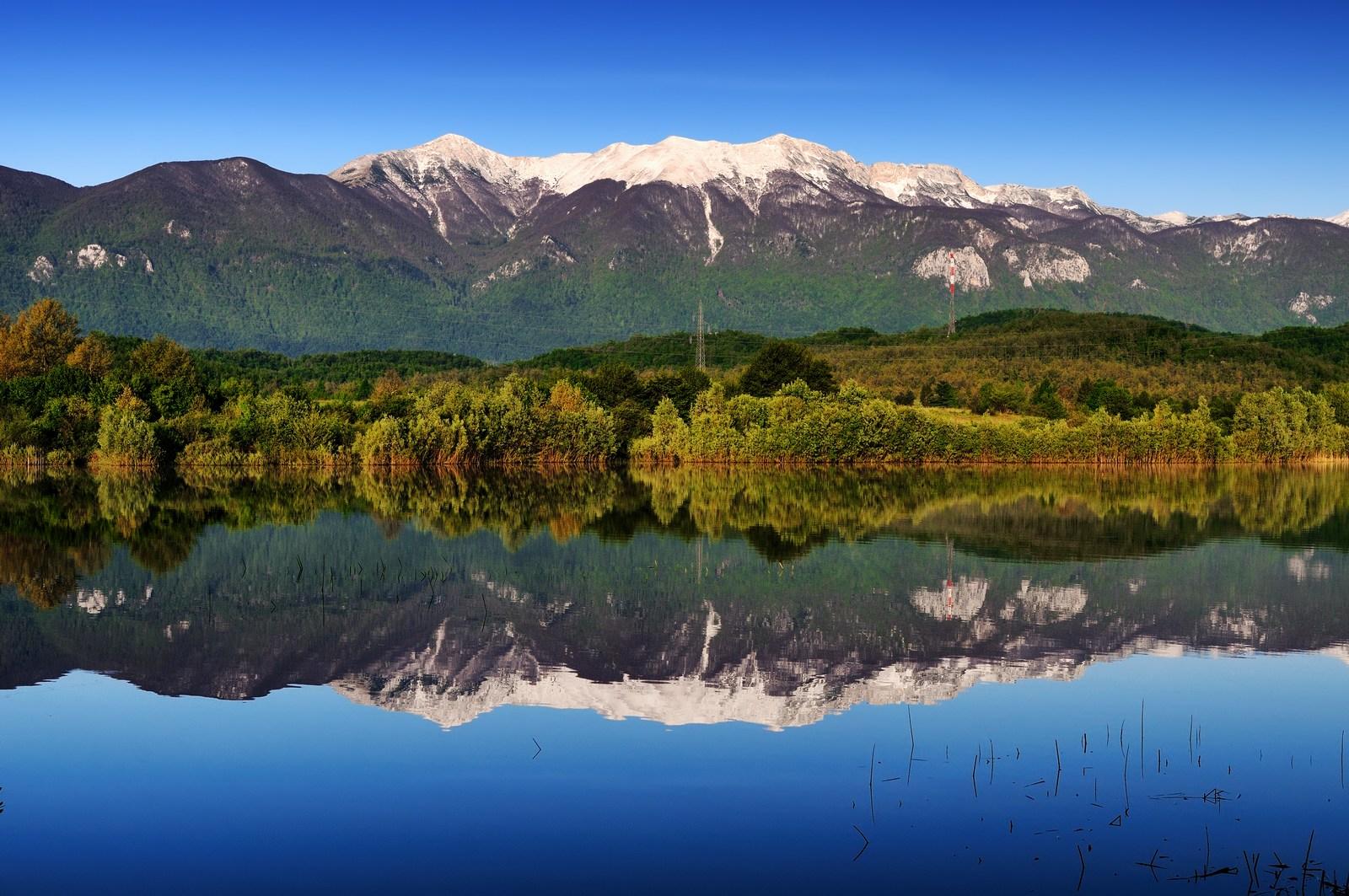 Velebit je gorski greben na Hrvaškem. Leži v Jadranskem primorju, dolg je okrog 145 kilometrov in širok od 10 do 30 kilometrov, pokriva površino velikosti okoli 2.200 kvadratnih kilometrov. Foto: HTZ in Aleksandar Gospić.