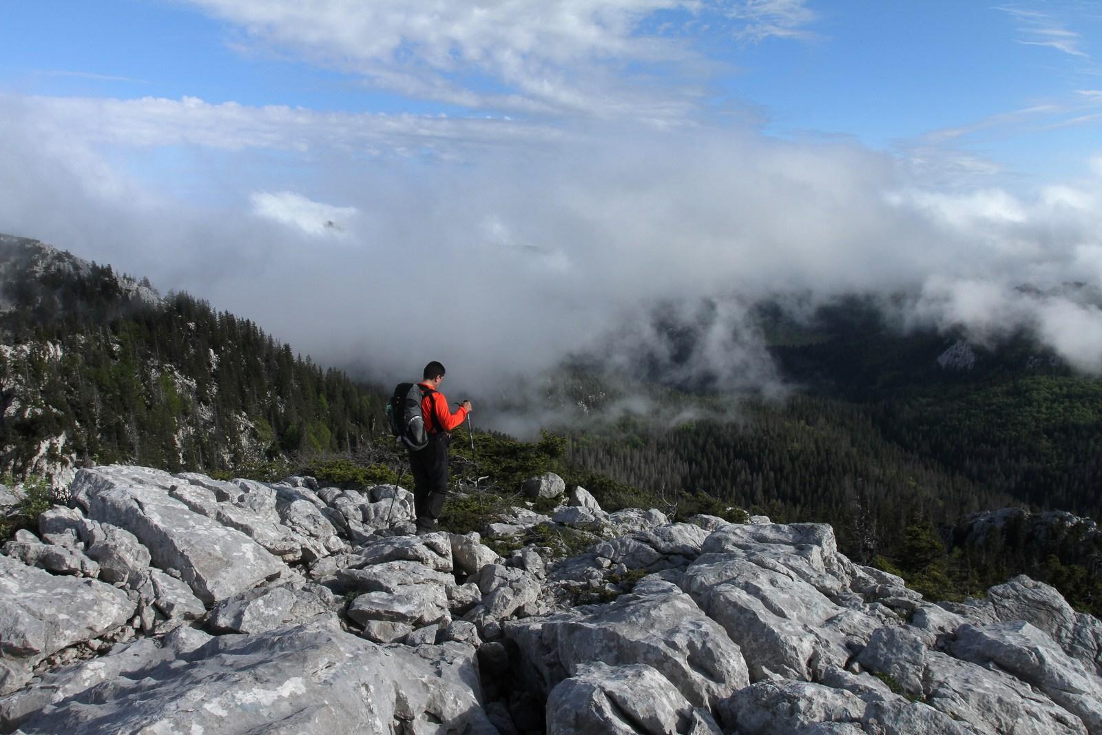 Ne pozabite na nevarnosti, če se boste odpravili na Velebit. Pripravite se temeljito in ne podcenjujte nizkih nadmorskih višin, saj gorski greben skriva marsikatero »dokaj nedolžno nevarnost«, ki lahko ogrozi vaše življenje. Foto: HTZ in Zvonimir T