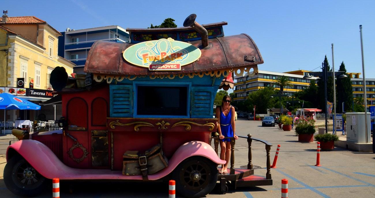 Vozilo je reklama za Fun park Mirnovec, ki je od Biograda oddaljen le nekaj kilometrov.
