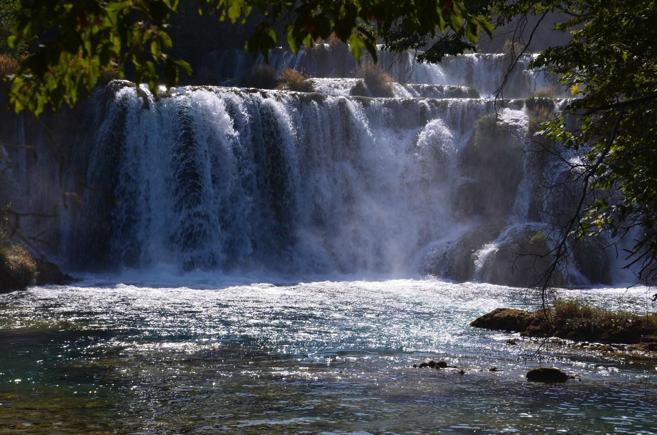 Najvišja slapova sta Manojlovački slap v treh skokih (85 m) in Skradinski Buk (48 m). No, s temi višinami je hudič, se zelo razlikujejo.